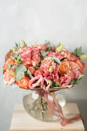 Bloemsamenstelling op een grijze achtergrond. Poederachtige roze kleur. kopie ruimte. detailopname Stockfoto - 96368105