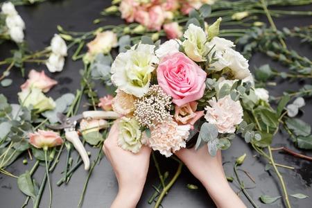 Meisterkurs zur Herstellung von Blumensträußen. Frühlingsstrauß. Lernen Sie Blumen arrangieren und basteln Sie mit Ihren eigenen Händen schöne Blumensträuße