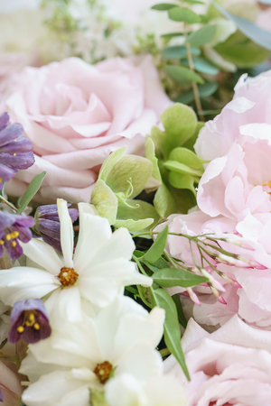Wedding bouquet of jasmine, roses, peony and buttercup. Lots of greenery, modern asymmetrical disheveled bridal bunch. Spring flowers Standard-Bild