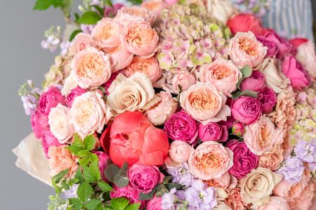 Gran Hermoso ramo de flores mixtas en mano de mujer. Concepto de tienda floral. Hermoso ramo recién cortado. Entrega de flores Foto de archivo