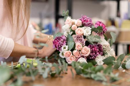Meisterkurs zur Herstellung von Blumensträußen. Frühlingsstrauß. Lernen Sie Blumen arrangieren und basteln Sie mit Ihren eigenen Händen schöne Blumensträuße Standard-Bild