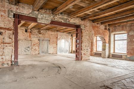 Russland, Nischni Nowgorod - 20. März 2019: Büro. Loftstudio Interieur im alten Haus. Große Fenster, rote Ziegelwand. Haus oder Wohnung befindet sich im Bau, Umbau, Renovierung, Restaurierung.