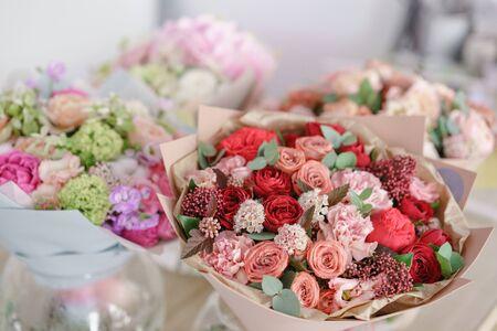 showcase flower shop. Beautiful spring bouquets. Arrangement with mix flowers. Small family business. Work florist. copy space Banco de Imagens