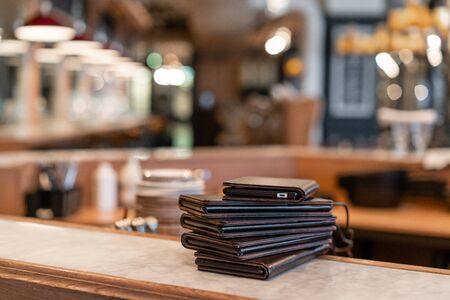 Lot of smartphone tablets with Electronic menu or bill in the restaurant, with built-in advertising. Modern tehnology omfortable cafe . Banque d'images - 124896284