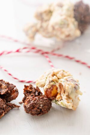 Rocks with chocolate and nuts. Christmas theme. Healthy sweet dessert snack. Granola bar with nuts, fruit, chocolate and berries. Imagens - 124897467