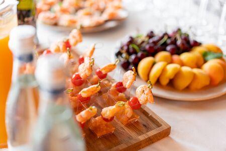 Deliciosos camarones y tomates en rodajas. Mesa de buffet sabrosa. Concepto de catering