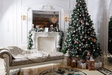Weihnachtsmorgen. klassische luxuswohnungen mit weißem kamin, geschmückter weihnachtsbaum. Urlaubskarte.