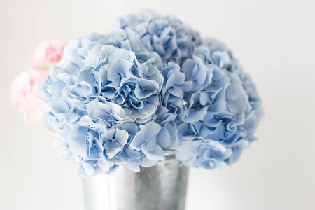 beautiful hydrangea flowers in a vase on a table . Bouquet of light blue. Decoration of home. Wallpaper and background. Imagens