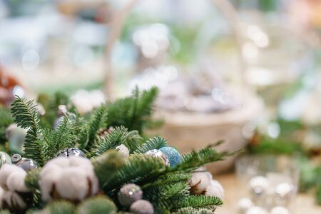 Christmas decor with their own hands. Master class on making decorative ornaments. Flower shop. Woman created a xmas arrangement. Stockfoto - 134593146