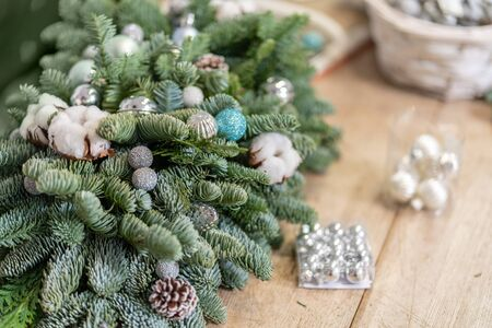 Christmas decor with their own hands. Master class on making decorative ornaments. Flower shop. Woman created a xmas arrangement. Stockfoto - 134593150
