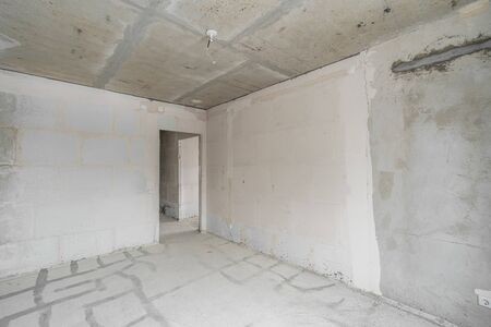Empty interior for design, gray concrete wall. Empty room. Space for text and picture. Concrete walls, slabs, interior of a new residential building. Partitions in a new apartment. Stockfoto