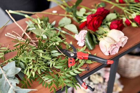 Education in the school of floristry. Master class on making bouquets. Summer bouquet. Learning flower arranging, making beautiful bouquets with your own hands. Flowers delivery. Banque d'images - 140648070