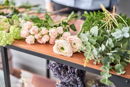 Education in the school of floristry. Master class on making bouquets. Summer bouquet. Learning flower arranging, making beautiful bouquets with your own hands. Flowers delivery. Banque d'images - 140648068