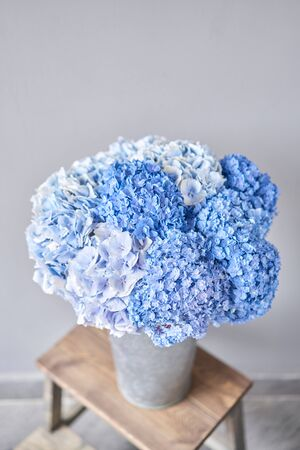 Beautiful blue hydrangea flowers in a vase on a table . Bouquet of light pink flower. Decoration of home. Wallpaper and background. Standard-Bild - 149889311