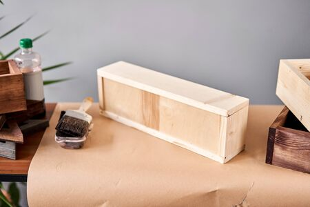 A set of blanks of wooden boxes for flower compositions. Small business woodwork workshop. In your work, do you use stains or wood preservatives to show the wood pattern. Standard-Bild - 150495729