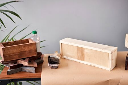 A set of blanks of wooden boxes for flower compositions. Small business woodwork workshop. In your work, do you use stains or wood preservatives to show the wood pattern. Standard-Bild - 150495635