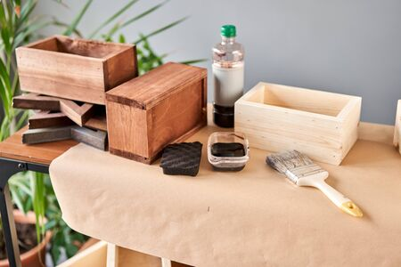 A set of blanks of wooden boxes for flower compositions. Small business woodwork workshop. In your work, do you use stains or wood preservatives to show the wood pattern. Standard-Bild - 150497051