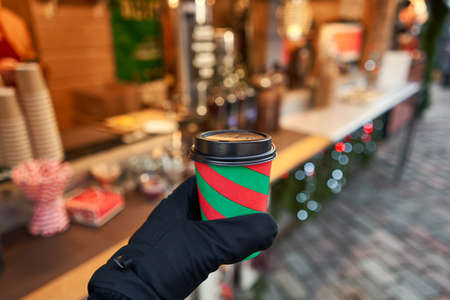 Christmas Market in European small city. Red and green Christmas Cup with mulled wine. Standard-Bild