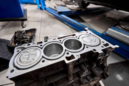 New pistons and cylinder head of engine block vehicle. Motor capital repair. Sixteen valve and four cylinder. Car service concept. The job of a mechanic. Old and new pistons. Standard-Bild