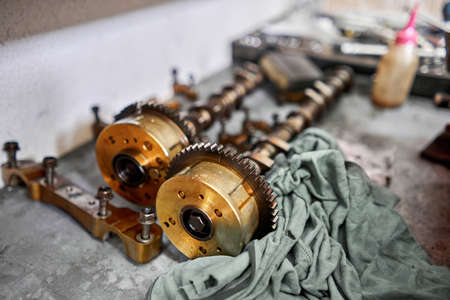 Disassemble engine block vehicle. Motor capital repair. Sixteen valve and four cylinder. Car service concept. The job of a mechanic. Old and new pistons. Top view Standard-Bild