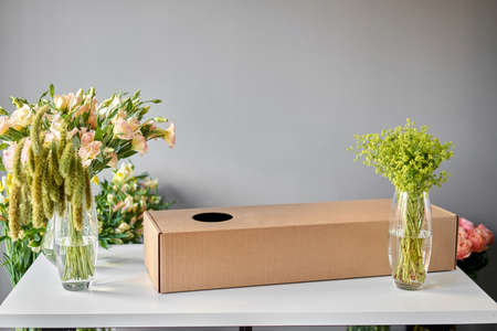 Delivery fresh cut flower. Bouquet 005, step by step installation of flowers in a vase. Flowers bunch, set for home. Fresh cut flowers for decoration home. European floral shop. Standard-Bild