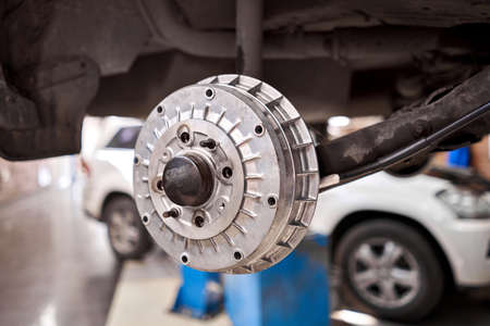 Rusty drum brakes, rear on car. Change the old to new brake disc on car in a garage. Auto mechanic repairing Standard-Bild