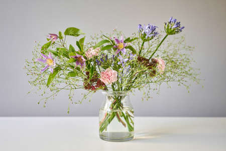 Bouquet 006, step by step installation of flowers in a vase. Flowers bunch, set for home. Fresh cut flowers for decoration home. European floral shop. Delivery fresh cut flower. Standard-Bild