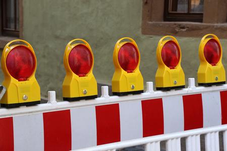 Wegversperringen  speciale hekken blokkeren het verkeer tijdens reparaties aan de weg