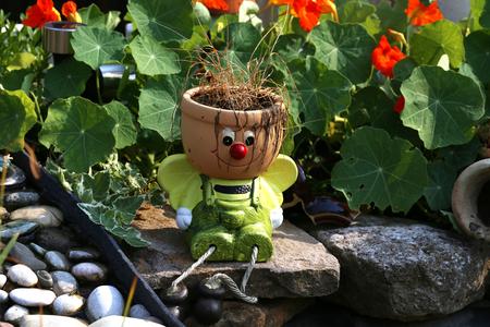 Dekorativer Blumentopf in Form eines kleinen Mannes