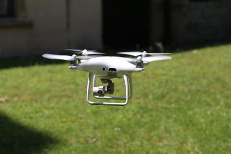 Eine fliegende Drohne bewaffnet mit Kamera