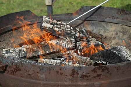 Eine Nahaufnahme von Kohle auf einem Grill
