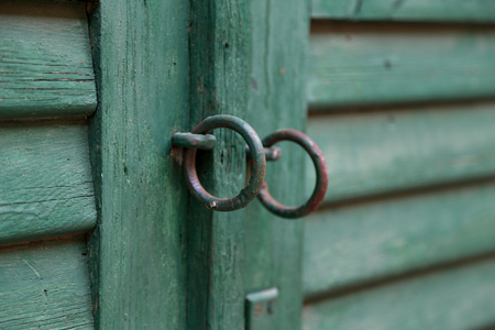 Metal rings on the gate