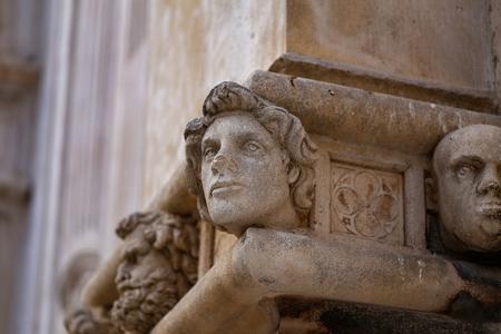 Sibenik Kathedrale / Berühmte Gesichter auf der Seite Protal der Kathedrale von Sibenik Lizenzfreie Bilder - 86863147