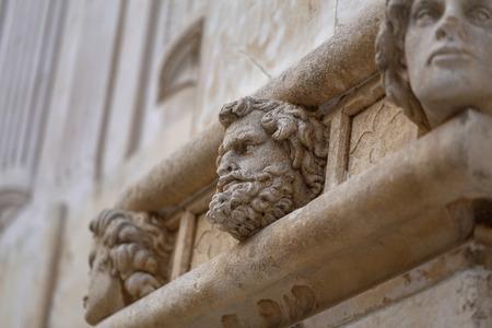 Sibenik Kathedrale, Berühmte Gesichter auf der Seite Protal der Kathedrale von Sibenik Standard-Bild - 86757820
