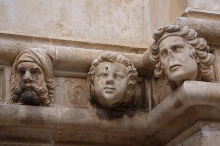 Sibenik Kathedrale, Berühmte Gesichter auf der Seite Protal der Kathedrale von Sibenik Lizenzfreie Bilder - 86757821