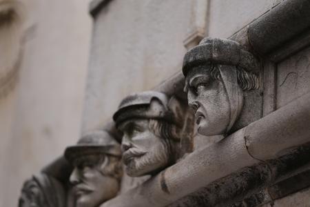 Sibenik Kathedrale, Berühmte Gesichter auf der Seite Protal der Kathedrale von Sibenik Standard-Bild - 86757823