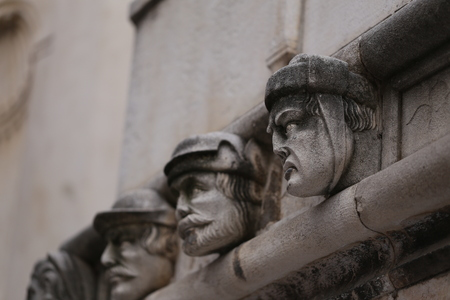 Sibenik Kathedrale, Berühmte Gesichter auf der Seite Protal der Kathedrale von Sibenik Lizenzfreie Bilder - 86757823