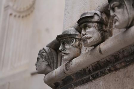Sibenik Kathedrale / Berühmte Gesichter auf der Seite Protal der Kathedrale von Sibenik Lizenzfreie Bilder - 86863150