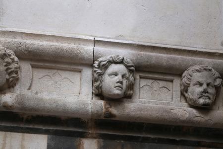 Sibenik Kathedrale / Berühmte Gesichter auf der Seite Protal der Kathedrale von Sibenik Lizenzfreie Bilder - 86863152