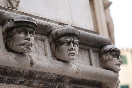 Sibenik Kathedrale / Berühmte Gesichter auf der Seite Protal der Kathedrale von Sibenik Lizenzfreie Bilder - 86863153