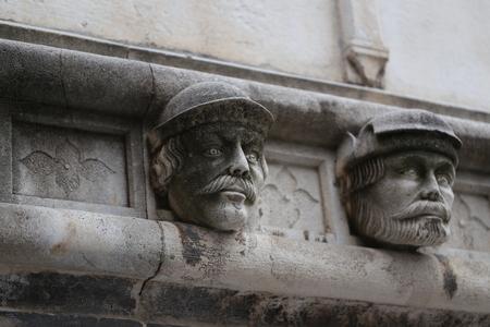Sibenik Kathedrale, Berühmte Gesichter auf der Seite Protal der Kathedrale von Sibenik Lizenzfreie Bilder - 86757824