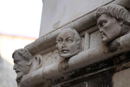 Sibenik Kathedrale / Berühmte Gesichter auf der Seite Protal der Kathedrale von Sibenik Lizenzfreie Bilder - 86863155
