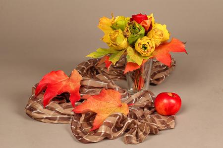Herbststilleben  Dekorative Rosen aus Ahornblättern