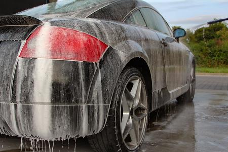 Autopflege: Autowäsche mit Schaum-Shampoo Standard-Bild - 88034363