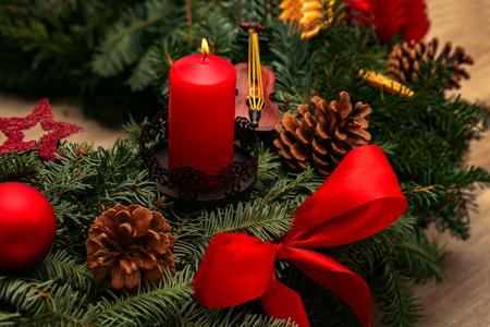 Advent Season, four candles burning. Advent background. Standard-Bild