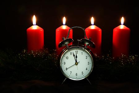 Adventszeit, vier Kerzen brennen. Advent Hintergrund. Lizenzfreie Bilder - 86514214