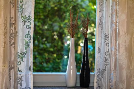 Fenster Dekorative Vasen auf der Fensterbank Standard-Bild