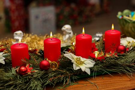 Adventszeit, vier Kerzen brennen. Advent Hintergrund. Standard-Bild - 86568082