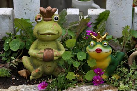 Garden / Decorative frog in the garden Standard-Bild - 111689802