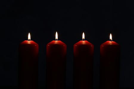 Adventszeit, vier Kerzen brennen. Advent Hintergrund.